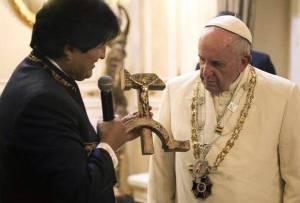 Evo Morales obsequia un crucifijo al papa Francisco